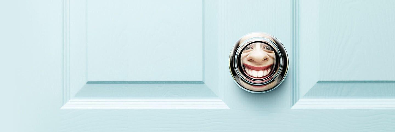 Reflexo feminino na maçaneta da porta
