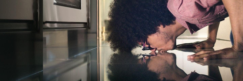 Hombre besando su reflejo sobre un piso brillante