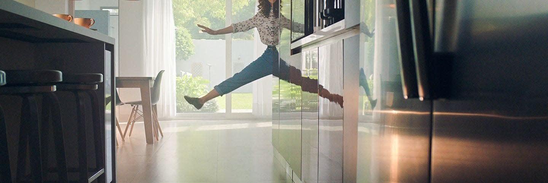 Mujer saltando en la cocina